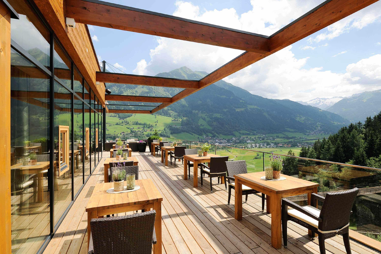 Einfachen die Aussicht genießen oder original Salzburger Spezialitäten auf unserer Terrasse genießen