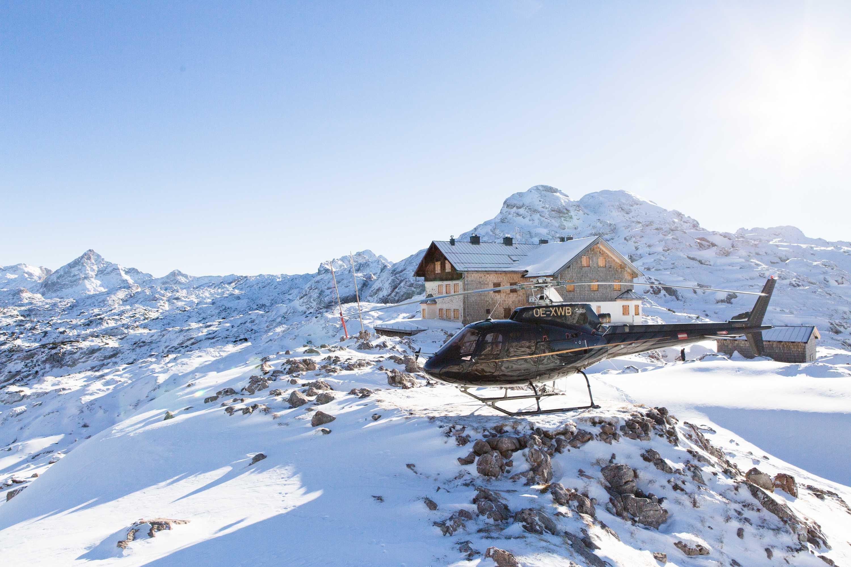 Helikopterflug während des Winterurlaubs in den Bergen