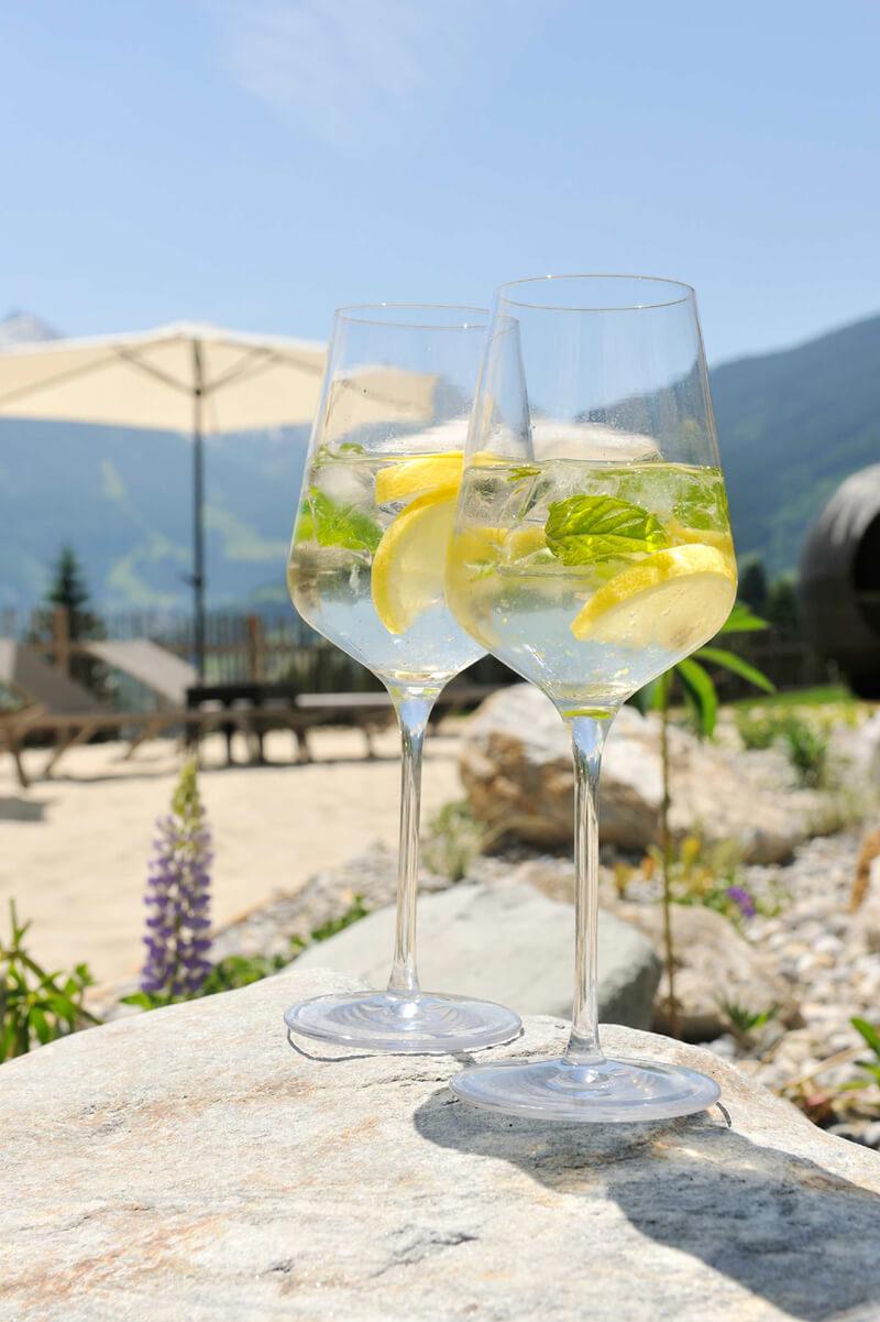 2 Cocktails mit Zitronenscheiben und Minze im Sommer in den Badewelten des Hotels DAS.GOLDBERG