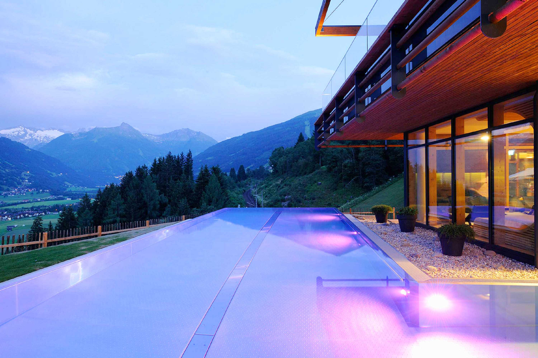 Naturbadeteich und infity pool im das goldberg for Designhotel salzburg