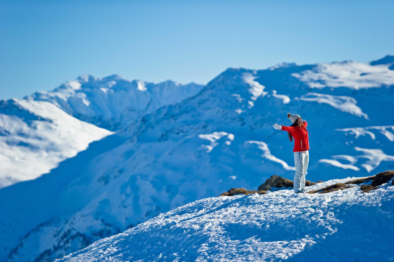 Schneespass zwischen Bergen und Himmel